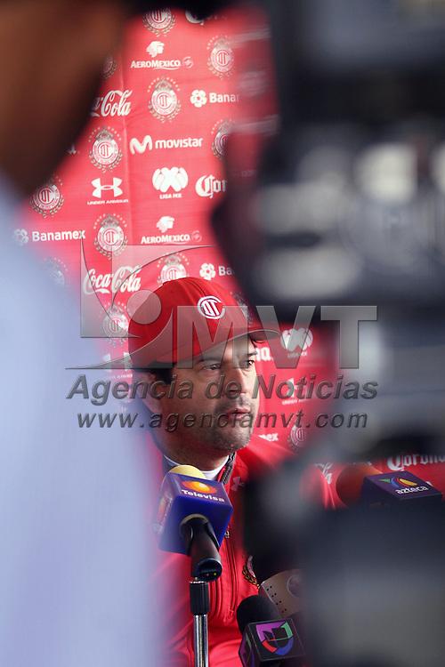 Metepec, México.- Saturnino Cardozo, entrenador del Club Deportivo Toluca indico que la competencia de semifinales está muy pareja y que cualquiera de los cuatro pueden quedar campeones, pero el equipo escarlata está preparado para coronarse. Agencia MVT / José Hernández