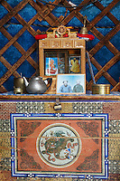 Mongolie. Province de Tov. Interieur de yourte. Meuble traditionel. // Mongolia. Tov province. Inside yurt. Traditional furniture.