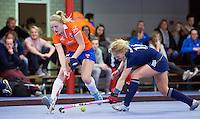 HEEMSKERK- Zaalhockey - Bloemendaal-Pinoke .  Josien Galama (Bl'daal) met Saskia Reuhman (r) .  Copyright Koen Suyk