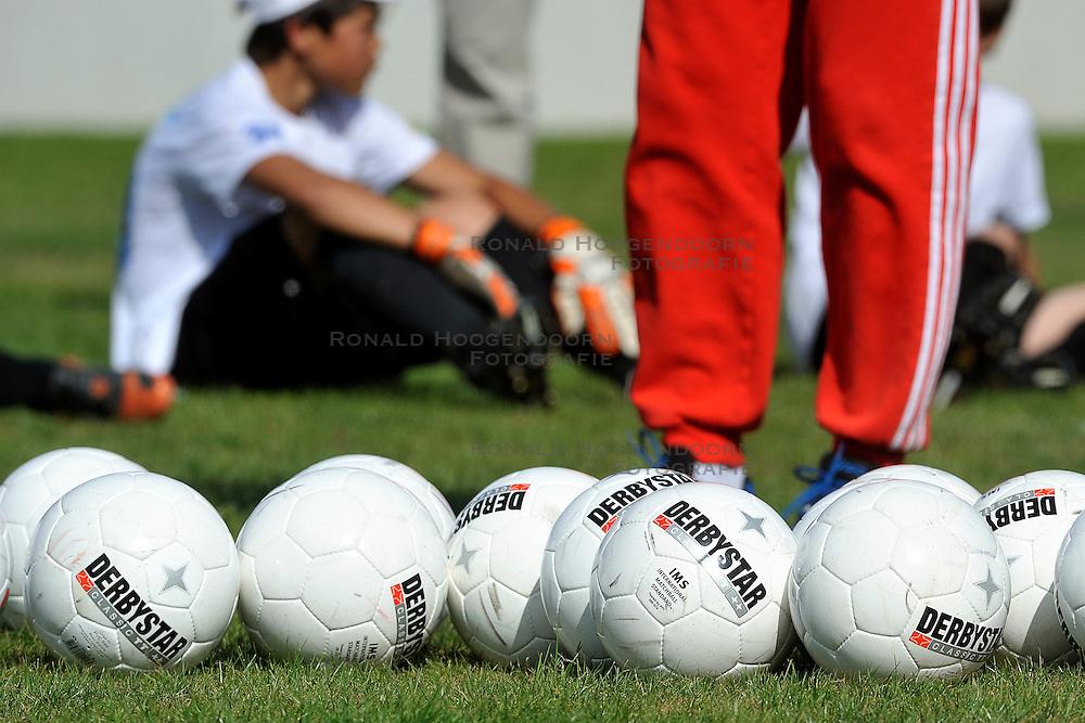 11-05-2011 VOETBAL: VOORSELECTIE WK JUNIOR CUP DIABETES: AMSTERDAM<br />Op Cruyff court Amsterdam werd de eerste van de drie selectierondes gehouden. <br />&copy;2011-FotoHoogendoorn.nl