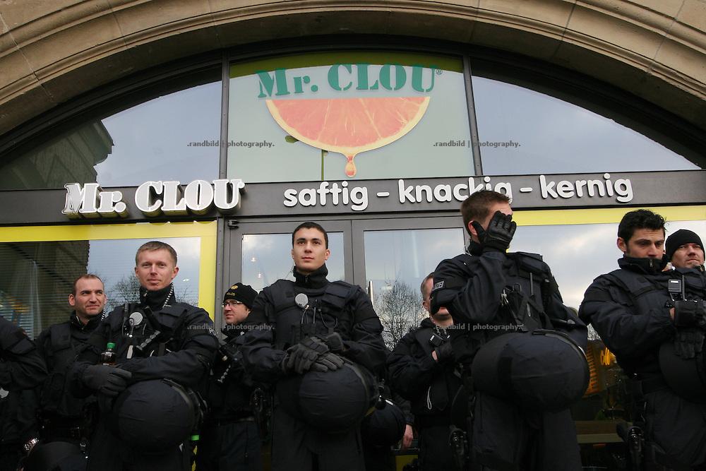 Polizisten am Rande einer Demonstration vor einer Saftbar in Hamburg. Policemen waiting in front of a juice bar beside a demonstartion in Hamburg.