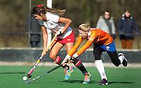 Bloemendaal - Hockey - De Australische Anna Flanagan van MOP  met Roos Broek (r)  tijdens de oefenwedstrijd tussen de vrouwen van Bloemendaal en MOP. COPYRIGHT KOEN SUYK