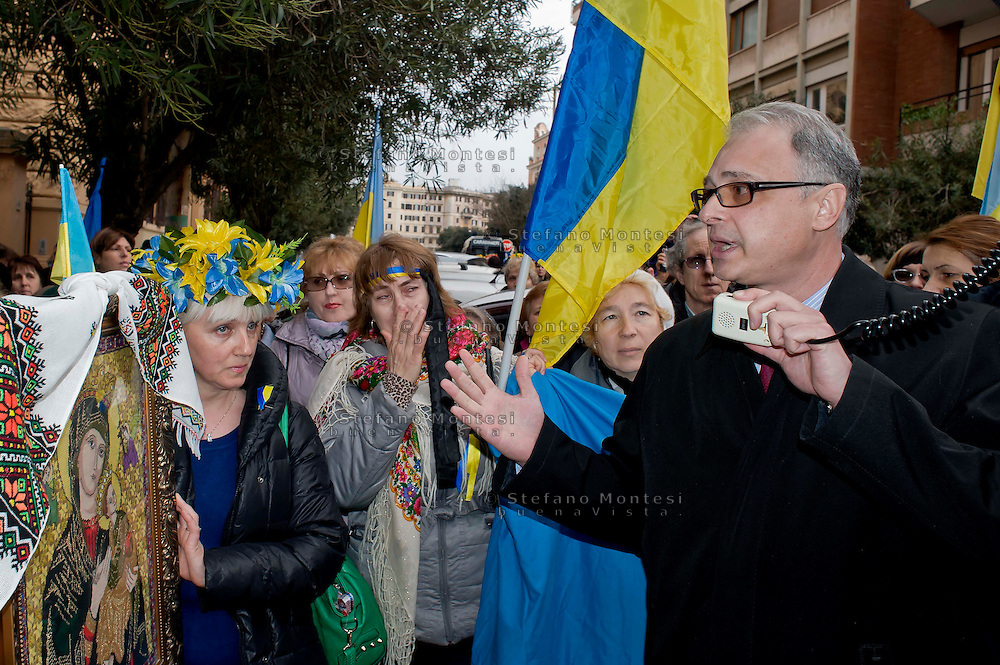 Roma 20 Febbraio 2014<br /> Manifestazione della comunit&agrave; ucraina davanti all' ambasciata dell'Ucraina  a Roma per le violenze contro i manifestanti anti-governativi  e contro la dittatura del presidente  Yanukovych. L'ambasciatore ucraino in Italia, Yevghen Perelygin, che &egrave; sceso sotto l'ambasciata,  per incontrare cittadini ucraini, per spiegare  le ragioni del governo ucraino, &egrave; stato contestato dai manifestanti &egrave; dovuto rientrare in ambasciata scortato dalle forze dell'ordine<br /> Rome 20 Febraury  2014<br /> Manifestation of the Ukrainian community in front of the 'Embassy of Ukraine in Rome for the violence against anti-government protesters and against the dictatorship of President Yanukovych . The Ukrainian Ambassador to Italy , Yevghen Perelygin , which fell below the embassy to meet with Ukrainian citizens  to explain the reasons for the Ukrainian government  was challenged by the protesters is had to return to the embassy escorted by the police.
