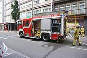 Mannheim. 30.06.17   Brand in der Innenstadt<br /> Innenstadt. N7. Brand in einer Bar.<br /> Zu einem größeren Rückstau von Lieferfahrzeugen in der Kunststraße führt derzeit ein Brand in der Mannheimer Innenstadt. Wegen der Löscharbeiten ist die Kunststraße derzeit noch gesperrt. Die Feuerwehr war am Morgen zu einer Verpuffung in einem Gastronomiebetrieb gerufen worden. Tatsächlich brannte es in der Küche. Das Feuer führte zu einer starken Rauchentwicklung. Zeitweise waren zwei Löschzüge der Berufsfeuerwehr und die Freiwillige Feuerweh Innenstadt im Einsatz. Derzeit werden die Schläuche eingerollt, die Einsatzstelle wohl in kurzer Zeit freigegeben. Bei dem Brand zogen sich drei Personen Rauchgasvergiftungen zu. Sie kamen zur Behandlung ins Krankenhaus.<br /> <br /> <br /> BILD- ID 0413  <br /> Bild: Markus Prosswitz 30JUN17 / masterpress (Bild ist honorarpflichtig - No Model Release!)