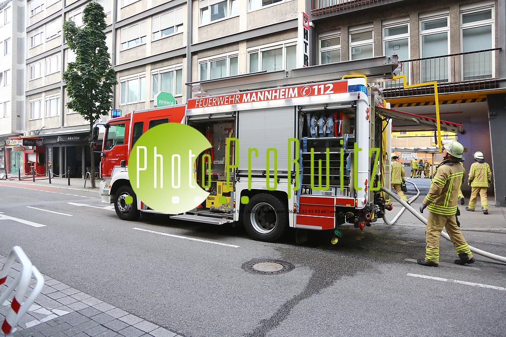 Mannheim. 30.06.17 | Brand in der Innenstadt<br /> Innenstadt. N7. Brand in einer Bar.<br /> Zu einem gr&ouml;&szlig;eren R&uuml;ckstau von Lieferfahrzeugen in der Kunststra&szlig;e f&uuml;hrt derzeit ein Brand in der Mannheimer Innenstadt. Wegen der L&ouml;scharbeiten ist die Kunststra&szlig;e derzeit noch gesperrt. Die Feuerwehr war am Morgen zu einer Verpuffung in einem Gastronomiebetrieb gerufen worden. Tats&auml;chlich brannte es in der K&uuml;che. Das Feuer f&uuml;hrte zu einer starken Rauchentwicklung. Zeitweise waren zwei L&ouml;schz&uuml;ge der Berufsfeuerwehr und die Freiwillige Feuerweh Innenstadt im Einsatz. Derzeit werden die Schl&auml;uche eingerollt, die Einsatzstelle wohl in kurzer Zeit freigegeben. Bei dem Brand zogen sich drei Personen Rauchgasvergiftungen zu. Sie kamen zur Behandlung ins Krankenhaus.<br /> <br /> <br /> BILD- ID 0413 |<br /> Bild: Markus Prosswitz 30JUN17 / masterpress (Bild ist honorarpflichtig - No Model Release!)