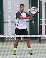 Tennis Profi Benedikt Dorsch spielt Padel Tennis, SportScheck Anlage in  Muenchen,Aktion,Einzelbild,Ganzkoerper,Hochformat