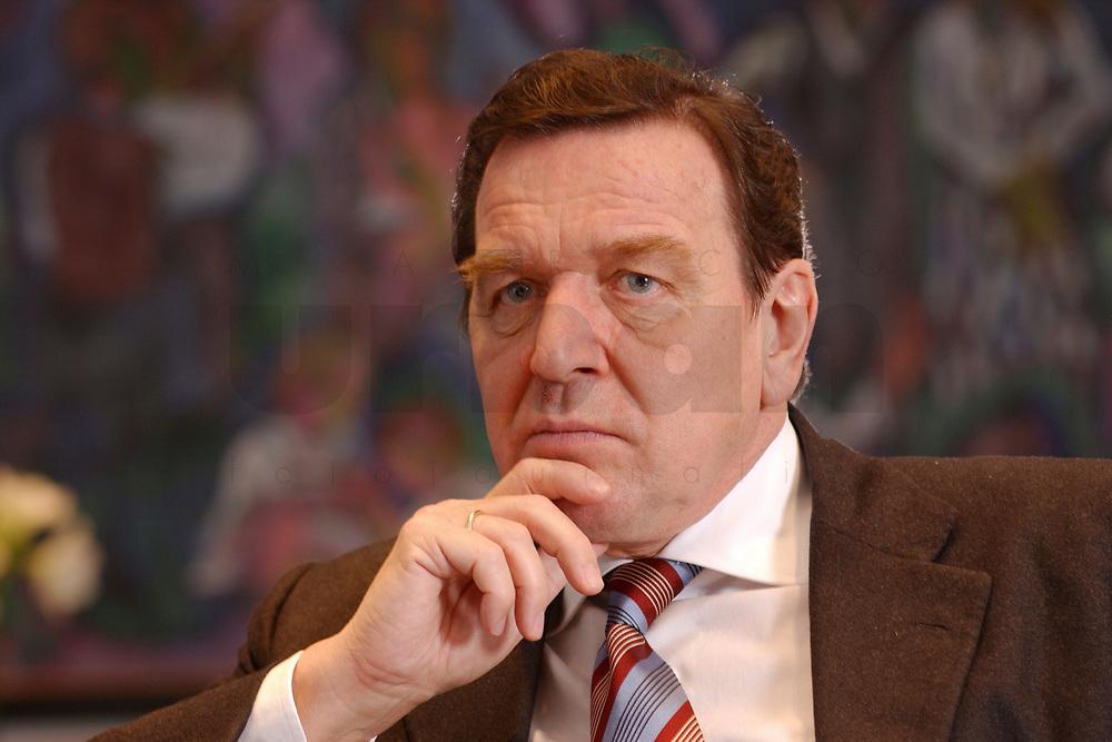09 JAN 2002, BERLIN/GERMANY:<br /> Gerhard Schroeder, SPD, Bundeskanzler, waehrend einem Interiew, in seinem Buero, Bundeskanzleramt<br /> Gerhard Schroeder, SPD, Federal Chancellor of Germany, during an interview, in his office<br /> IMAGE: 20020109-02-042<br /> KEYWORDS: Gerhard Schröder