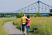 Fußgänger, Weg an der Elbe, Blaues Wunder, Loschwitz, Dresden, Sachsen, Deutschland.|.walkers on path near river Elbe, Blaues Wunder (Bridge Blue Wonder), Loschwitz, Dresden, Germany