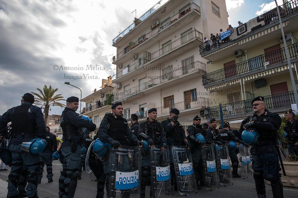 Massiccio lo spiegamento delle forze dell'ordine per le vie di Giardini Naxos.