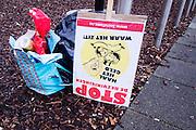 Een protestbord staat buiten de Jaarbeurs in Utrecht naast een tas fol actiemateriaal.<br /> <br /> A protest board standing near a bag with flyers.