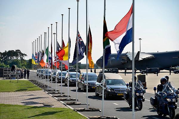 Nederland, Eindhoven,23-7-2014De eerste stoet met rouwwagens verlaat vliegbasis Eindhoven. Links nabestaanden.The arrival of corpses, remains, of the victims of flight MH17 which was shot down over UkraineFOTO: FLIP FRANSSEN/ HOLLANDSE HOOGTE