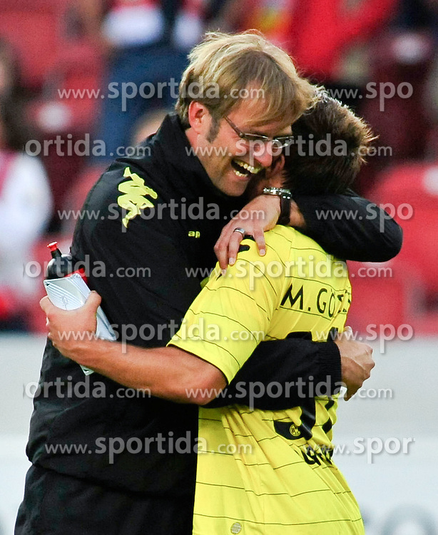 29.08.2010, Mercedes-Benz Arena, Stuttgart, GER, 1. FBL, VfB Stuttgart vs Borussia Dortmund, im Bild Juergen Klopp (Trainer Dortmund) und der Torschuetze Mario Goetze (Dortmund #31),  EXPA Pictures © 2010, PhotoCredit: EXPA/ nph/  Roth+++++ ATTENTION - OUT OF GER +++++ / SPORTIDA PHOTO AGENCY