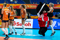 03-10-2018 JPN: World Championship Volleyball Women day 5, Yokohama<br /> Argentina - Netherlands 0-3 / Mascotte Volleyboo and Team NL, Laura Dijkema #14 of Netherlands