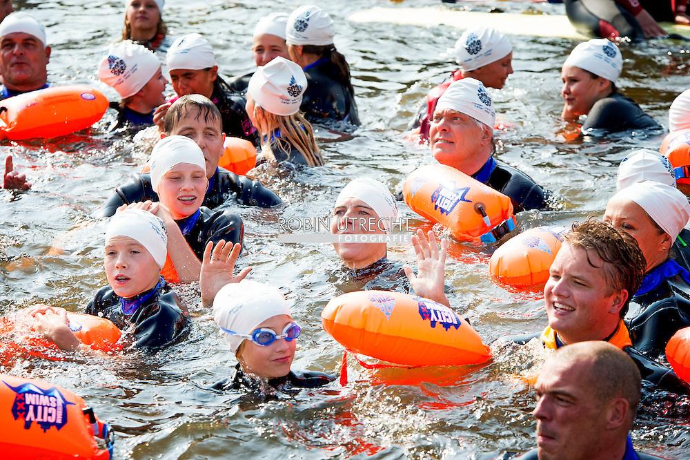 4-9-2014 AMSTERDAM-  Prinses Laurentien van Nederland zwemt in de grachten van Amsterdam met de kinderen om  te bevorderen besparen van water voor de stichting Missing chapter op  4 september. COPYRIGHT ROBIN UTRECHT