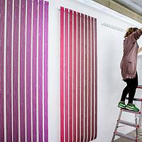 Nederland, Amsterdam, 15 mei 2017.<br />Amsterdam Art Fair is dé reizende kwaliteitsbeurs van hedendaagse kunst in Nederland voor liefhebber en verzamelaar. Na het succes van de eerste editie in de voormalige Citroëngarage (2015) en de tweede editie op het Museumplein (2016), opent Amsterdam Art Fair dit keer haar deuren in de Huidekoperstraat, om de hoek van De Nederlandsche Bank.<br /><br />Vanaf 17 mei nemen 50 van de beste galeries van Nederland hun intrek in deze tijdelijke locatie, voor de gelegenheid omgedoopt tot Kunsthal Koper, om 5 dagen lang de nieuwste werken te tonen van de meest spraakmakende kunstenaars van dit moment.<br />Op de foto: Het werk van kunstenares Annesas Appel wordt geinstalleerd<br /><br /><br /><br />Foto: Jean-Pierre Jans