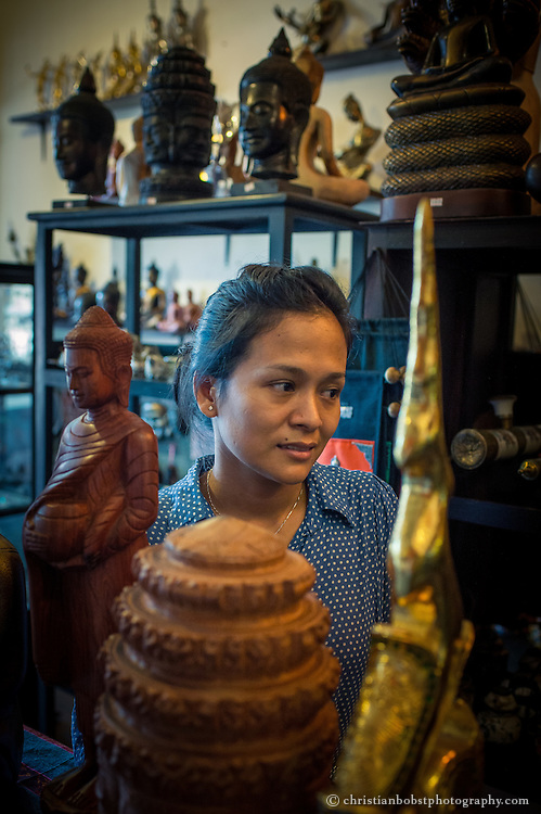 Die Besitzerin des Hathha Souvenir Shops mit der Adresse 67A an der Strasse 178 nördlich des Nationalmuseums ist eine für kambodschanische Verhältnisse aussergewöhnliche Frau. Nach Studium und Arbeit im Bereich Managment beschloss sie, einen eigenen Laden für kambodschanische Plastiken, Skulpturen, Bilder und Souvenirs zu eröffnen. Der Laden ist hübsch eingerichtet und bietet eine geschmacksvolle Auswahl an Buddha-Statuen und Skulpturen in verschiedensten Grössen.