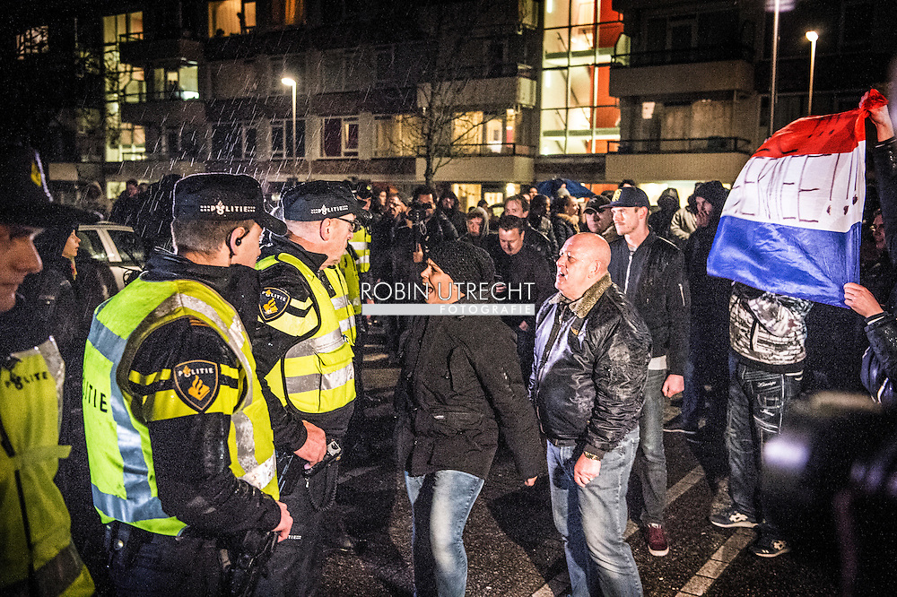 Utrecht - Buiten het Stefanus Theater in Utrecht Overvecht worden tegenstanders van het AZC in Utrecht tegengehouden door politie, nadat zij van voorstanders een spandoek hebben weggetrokken. copyright robin utrecht