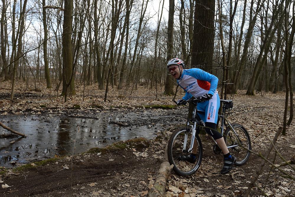 01-04-2013 ALGEMEEN: WE BIKE 2 CHANGE DIABETES: ARNHEM<br /> In de bossen bij Papendal werd de tweede meeting van de BvdGf gehouden met een fotosessie en een stukje biken / Danny<br /> &copy;2013-FotoHoogendoorn.nl