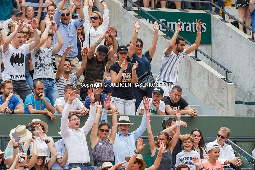 KRISTINA MLADENOVIC TEAM in der Spielerloge applaudiert waehrend ie Zuschauer die &quot;Welle&quot; machen, La Ola,Unterstuetzung, Fans, in der Mitte steht  Mutter Dzenita, rechts sitzt Bruder Luka und Vater Dragan ,Eltern,<br /> <br /> Tennis - French Open 2017 - Grand Slam / ATP / WTA / ITF -  Roland Garros - Paris -  - France  - 2 June 2017.