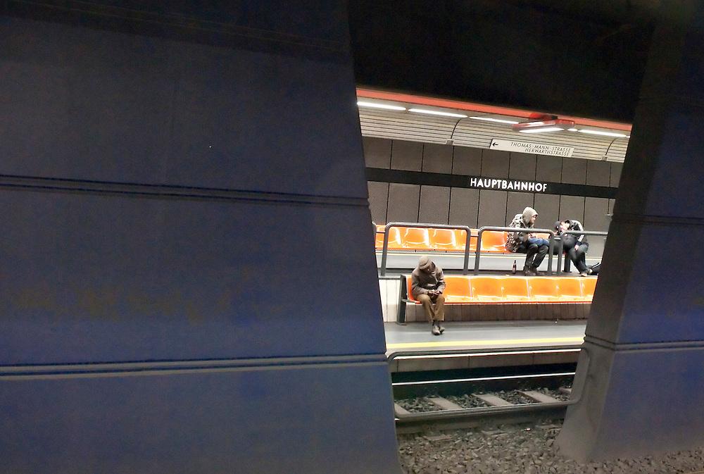 DEU,Nordrhein-Westfalen,Bonn,  U-Bahn-Haltestelle Bonn Hauptbahnhof, Fahrgäste warten auf U-Bahn |  Germany,NRW, subway, underground,metro passengers waiting for train  |