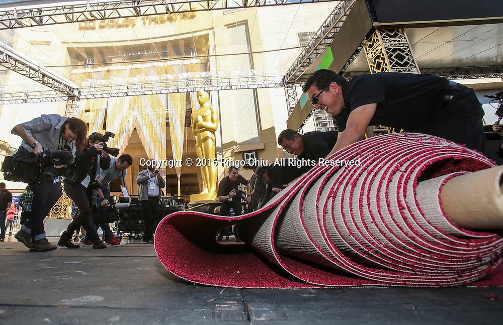 2月24日,在美国洛杉矶好莱坞,工作人员在杜比剧院门口铺设红地毯。第88届奥斯卡颁奖典礼将于当地时间2月28日在好莱坞的杜比剧院举行。新华社发 (赵汉荣摄)<br /> Workers roll out the carpet in front of Dolby Theatre in preparation for the 88th Academy Awards in Los Angeles, Wednesday, February 24, 2016. The Academy Awards will be held Sunday, February 28, 2014. (Xinhua/Zhao Hanrong)(Photo by Ringo Chiu/PHOTOFORMULA.com)<br /> <br /> Usage Notes: This content is intended for editorial use only. For other uses, additional clearances may be required.