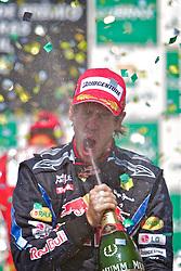 O piloto alemão Sebastian Vettel comemora seu primeiro lugar no pódio após vencer o Grande Prêmio de F1 do Brasil no Autódromo de Interlagos em 07 novembro de 2010, em São Paulo, Brasil. FOTO: Jefferson Bernardes/Preview.com