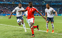 19.06.2016, Stade Pierre Mauroy, Lille, FRA, UEFA Euro, Frankreich, Schweiz vs Frankreich, Gruppe A, im Bild Paul Pogba (FRA), Breel Embolo (SUI), Patrice Evra (FRA) // Paul Pogba (FRA), Breel Embolo (SUI), Patrice Evra (FRA) during Group A match between Switzerland and France of the UEFA EURO 2016 France at the Stade Pierre Mauroy in Lille, France on 2016/06/19. EXPA Pictures © 2016, PhotoCredit: EXPA/ JFK