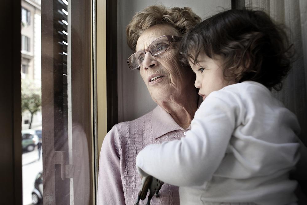 Nonna e la sua nipotina aspettano la mamma<br /> <br /> Grandmother playing with her grandson