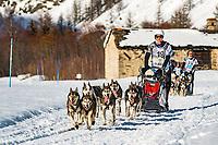 LEKKAROD est une course longue distance par &eacute;tapes dont les objectifs correspondent &agrave; une v&eacute;ritable philosophie pour le Sport de tra&icirc;neau &agrave; chiens. Elle a d&eacute;marr&eacute; cette ann&eacute;e le 11 mars 2017, avec un d&eacute;part &agrave; Bonneval sur Arc et Bessans, puis sur le domaine de Bramans, Valloire, Saint Fran&ccedil;ois Longchamp et pour finir le 19 mars sur le domaine des Saisies. <br /> <br /> LEKKA veut dire &laquo;&nbsp;chien&nbsp;&raquo; en vieux patois savoyard bessannais. Un hommage &agrave; la station village de Bessans, situ&eacute;e en Haute Maurienne, et qui fut d&eacute;s l&rsquo;&eacute;mergence de ce sport en France (et est toujours) un haut lieu du tra&icirc;neau &agrave; chiensROD pour rendre &eacute;galement hommage, mais cette fois la mythique course de chiens de tra&icirc;neau qui demeure la plus difficile au monde : l&rsquo;IDITAROD, en Alaska.Une cinquantaine d&lsquo;attelages ont pris le d&eacute;part de l&rsquo;edition 2017, soit pr&egrave;s de 500 chiens qui sont engag&eacute;s dans la course.<br /> Les participants viennent d&rsquo;Allemagne, d&rsquo;Autriche, de Belgique, Croatie, France mais aussi Portugal, Suisse ou Tch&eacute;quie, dont une bonne dizaine de femmes.Sur le parcours, j&rsquo;ai fr&eacute;quemment entendu dire, lors des passages difficiles: &ccedil;a va bien aller, le musher est une femme.<br />