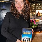 NLD/Amsterdamt/20170111 - Nieuwjaarsborrel Opvliegers 2, Sabine van den Eynden met het door haar geschreven boek Opvliegers