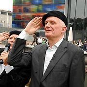 NLD/Hilversum/20070614 - Opening expositie Simplistisch Verbond, Van Kooten en De Bie: En wel hierom!, salueren