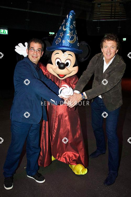 AMSTERDAM ZIGGO DOME - Op tweede kerstdag presenteert Disney in samenwerking met het Metropole orkest 'Fantasia Live in Concert'. Met hier op de foto Ako Taher, Mickey Mouse en Robert ten Brink. FOTO LEVIN DEN BOER - PERSFOTO.NU