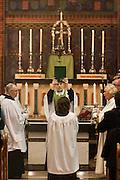 Na het gebed houdt de net beëdigde pastoor Bernd Wallet de bijbel omhoog. Op zondag 31 oktober is in de Getrudiskathedraal in Utrecht  Annemieke Duurkoop als eerste vrouwelijke plebaan van Nederland geïnstalleerd. Duurkoop wordt de nieuwe pastoor van de Utrechtse parochie van de Oud-Katholieke Kerk (OKK), deze kerk heeft geen band met het Vaticaan. Een plebaan is een pastoor van een kathedrale kerk, die eindverantwoordelijk is voor een parochie. Eerder waren bij de OKK al twee vrouwelijk priesters geïnstalleerd, maar die zijn geen plebaan.<br /> <br /> New pastor Bernd Wallet is holding the bible above his head. At the St Getrudiscathedral in Utrecht the first female dean of the Old-Catholic Church (OKK), Annemieke Duurkoop, is installed together with a new pastor Bernd Wallet. The church has no connections with the Vatican.