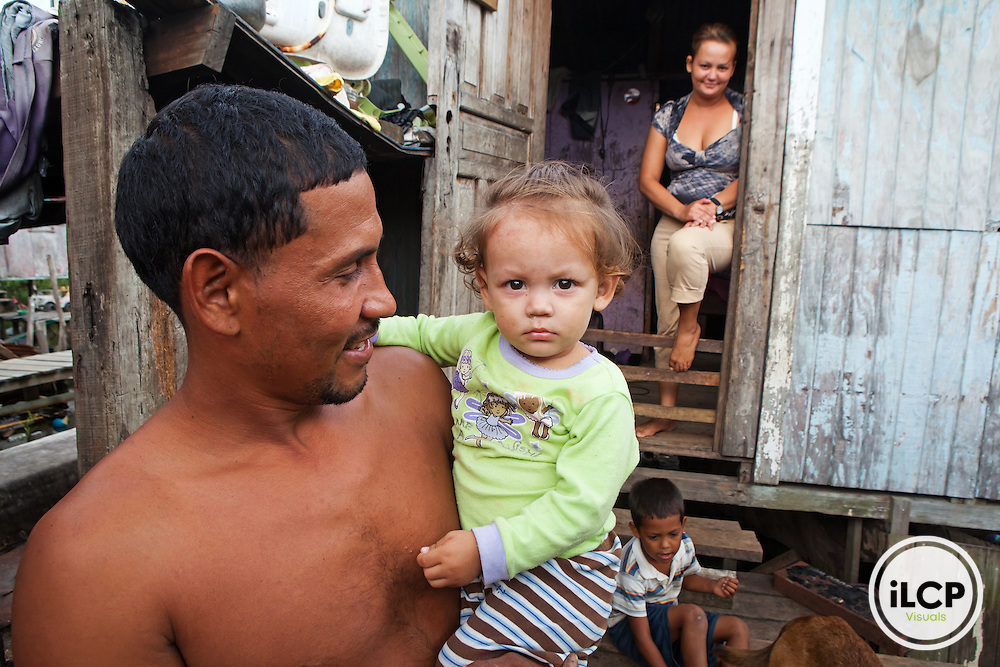 Fisherman and family living in Mexico Lindo quartier, notorious for poor housing and poor health conditions, Savanna Bight, Guanaja Island, Bay Islands, Honduras, April