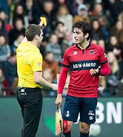 ROTTERDAM -    KHC Dragons v HC Bloemendaal.  Umpire Barstow  met  Arthur van Doren (Dragons). yellow card  COPYRIGHT KOEN SUYK