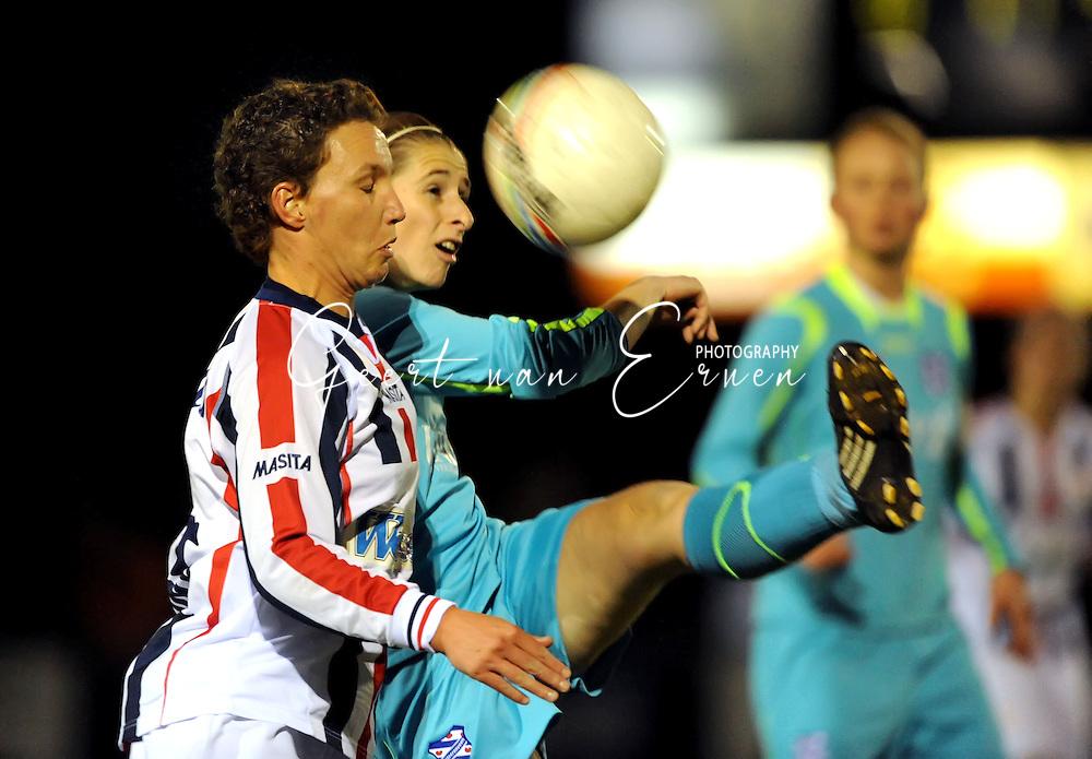 19-03-2009: voetbal:Vrouwen:Willem II:SC Heerenveen:Tilburg<br /> Jessica Torny ziet dat Atty Eelkema de bal voor haar neus weghaalt<br /> Fotograaf: Geert van Erven