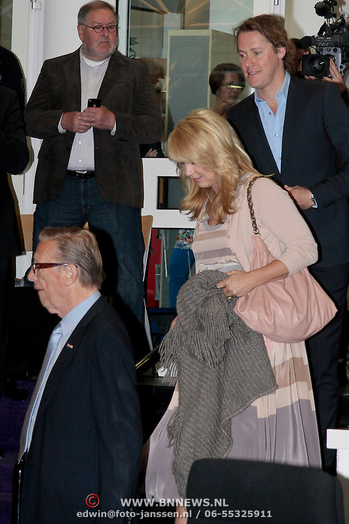 NLD/Huizen/20110429 - Lintjesregen 2011, Linda de Mol en partner Jeroen Rietbergen en haar vader