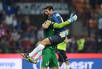FUSSBALL INTERNATIONAL   SERIE A   SAISON  2012/2013   7. Spieltag AC Mailand  - Inter Mailand                     07.10.2011 SCHLUSSJUBEL Inter; Javier Zanetti (re) umarmz Torwart Samir Handanovic