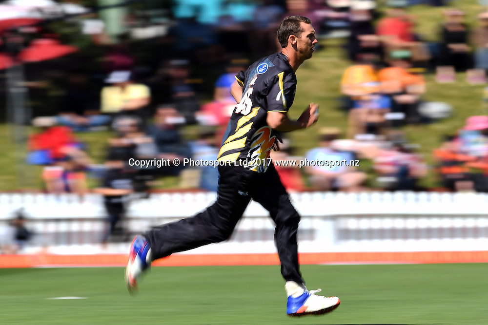 Wellington bowler Brent Arnel steaming in during the McDonald's Super Smash Elimination Finals, Wellington Firebirds vs Canterbury Kings, Basin Reserve, Wellington, Thursday 05th January 2017. Copyright Photo: Raghavan Venugopal / www.photosport.nz