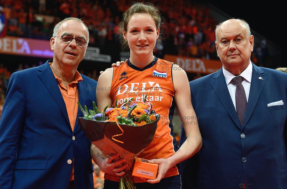 04-10-2015 NED: Volleyball European Championship Final Nederland - Rusland, Rotterdam<br /> Nederland verliest kansloos met 3-0 van het sterke Rusland / Lonneke Sloetjes #10, Edzo Doeve