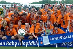 05-06-2005 HOCKEY: FINALE PLAYOFFS: BLOEMENDAAL-ORANJE ZWART: BLOEMENDAAL<br /> De hockeyers van Oranje Zwart zijn voor het eerst in hun bestaan landskampioen geworden. De Eindhovense club klopte Bloemendaal in het beslissende play-off-duel met 3-1 / <br /> met o.a. Kramer; Van der Horst, Stacy, Balkestein, Maartens, Rohof, Van Eijk, Caspanni, Elder, Reckers, Brekelmans.<br /> Wissels: Kurtz, Brekelmans, Maas en Allers.<br /> ©2005-WWW.FOTOHOOGENDOORN.NL