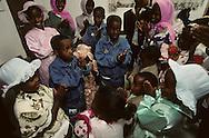 """arrival of new immigrants from Ethiopia, """"Falashmuras"""": Christians converted to Judaism  givaat amatos, Jerusalem  Israel     /// arrivee de nouveau amigrants  """"Falashmuras"""" d'Etiopie   givaat amatos, Jerusalem  Israel Chretiens  du Gundar en cours de conversion au judaisme descendant de la tribu de Dan  /// R00287/    L004319  /  P0007183"""