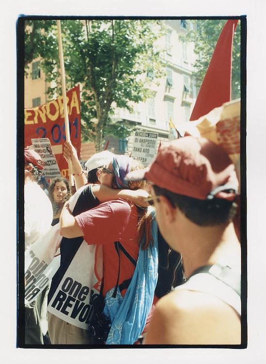 Proteste contro il summit del G8, Genova luglio 2001. Corteo di sabato 21 luglio. Abbraccio tra due manifestanti.