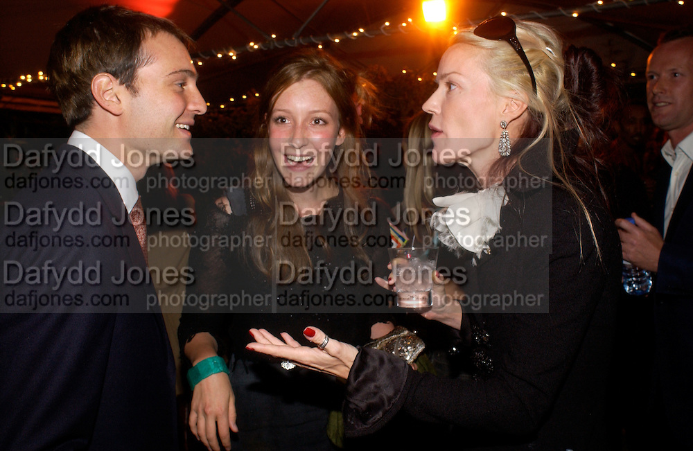 Ben Goldsmith, Kate goldsmith and Daphne Guinness, Clothesline, fundraising fashion show and auction to raise money for an aids charity in Africa. chelsea Gardener, 20 September 2004. SUPPLIED FOR ONE-TIME USE ONLY-DO NOT ARCHIVE. © Copyright Photograph by Dafydd Jones 66 Stockwell Park Rd. London SW9 0DA Tel 020 7733 0108 www.dafjones.com
