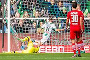GRONINGEN - 23-10-2016, FC Groningen - AZ, Noordlease Stadion,  FC Groningen speler Bryan Linssen heeft de 1-0 gescoord, doelpunt, AZ keeper Sergio Rochet