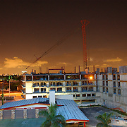 NLD/Amsterdam/20050808 - Verlichte lucht boven Miami Florida, bouw, kraan