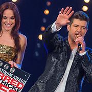 NLD/Hilversum/20130706 - Finale X-Factor 2013, Robin Thicke krijgt een 3 dubbele platinum cd