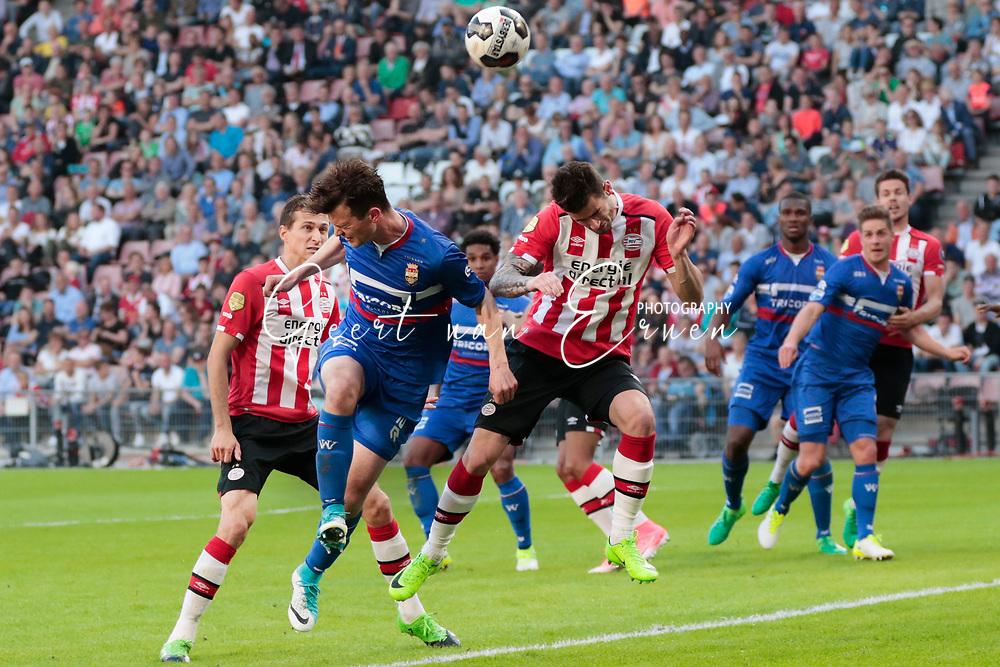 09-04-2017 VOETBAL:PSV-WILLEM II:EINDHOVEN<br /> Gaston Pereiro van PSV kopt de bal weg voor Erik Falkenburg van Willem II <br /> <br /> Foto: Geert van Erven