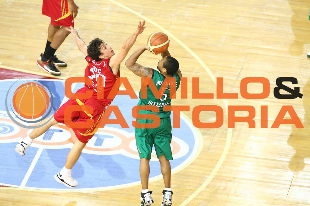 DESCRIZIONE : Roma Lega A1 2007-08 Playoff Finale Gara 4 Lottomatica Virtus Roma Montepaschi Siena<br /> GIOCATORE : Mc Intyre Terrell<br /> SQUADRA : Montepaschi Siena<br /> EVENTO : Campionato Lega A1 2007-2008 <br /> GARA : Lottomatica Virtus Roma Montepaschi Siena <br /> DATA : 10/06/2008 <br /> CATEGORIA : Tiro<br /> SPORT : Pallacanestro <br /> AUTORE : Agenzia Ciamillo-Castoria/G. Ciamillo