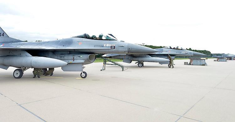 Nederland, Volkel, 30-6-2016De zes F16 gevechtsvliegtuigen keren terug van hun missie boven Irak en Syrie tegen het kalifaat van IS, islamitische staat . De vliegtuigen werden verwelkomt door minister van defensie Jeanine Hennis Plasschaert.FOTO: FLIP FRANSSEN